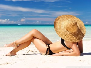 sunbathing_on_the_beach-wallpaper-800x600